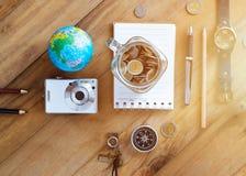 Economias do dinheiro em um frasco de vidro no fundo de madeira Fotos de Stock Royalty Free