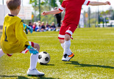 Economias do goleiros do futebol Jogador de futebol running do futebol com bola Imagens de Stock Royalty Free