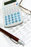 Economisch financieel onderzoek met calculator stock afbeeldingen