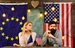 Economisch partnerschap en financiën Vennootschap tussen de Europese Unie van de V.S. en gebaarde man en vrouwenpoliticus bij stock foto's