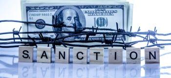 Economische oorlogvoering, sancties en embargo busting concept Amerikaanse dollargeld in prikkeldraad wordt verpakt dat royalty-vrije stock fotografie