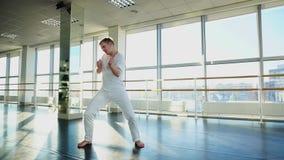 Econoom in sportkleding die en voor camera in gymnastiek dansen voor de gek houden stock videobeelden
