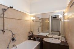 Ecru, salle de bains carrelée images stock