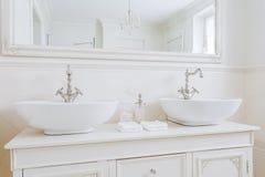 Ecru-Waschbecken für große Familie Stockbild