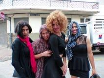 Ecuador cuenca Młodzi faceci ubierali jak «czarna wdowa «pyta dla pieniądze przy ulicami obrazy royalty free