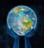 Ecuador op aarde in handen Royalty-vrije Stock Fotografie