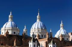 Ecuador sikt på den kupolformiga domkyrkan i Cuenca Royaltyfria Bilder