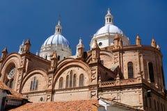 Ecuador sikt på den kupolformiga domkyrkan i den Cuenca staden Royaltyfria Bilder