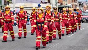 Ecuadorianska brandmän ståtar på Arkivfoto