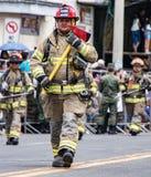 Ecuadorianska brandmän ståtar på Arkivbilder