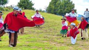Ecuadorianska dansare och traditionell dans f?r ungekapacitet utomhus royaltyfri fotografi