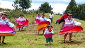 Ecuadorianska folk dansare som utomhus kläs som den traditionella dansen för Cayambe folkkapacitet för turister arkivbilder