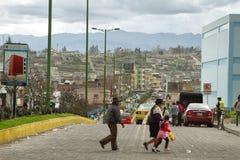 Ecuadorianskt etniskt folk och trafik i tegata Royaltyfri Foto