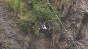 Ecuatoriaanse Bergbeklimmingskampioen tijdens Basalt van Tungurahua-Concurrentie stock footage