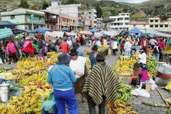 Ecuatoriaanse etnische mensen met inheemse kleren in een landelijke Zaterdagmarkt in Zumbahua-dorp, Ecuador Stock Foto