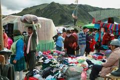 Ecuatoriaanse etnische mensen met inheemse kleren in een landelijke Zaterdagmarkt in Zumbahua-dorp, Ecuador Stock Afbeelding