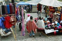 Ecuatoriaanse etnische mensen met inheemse kleren in een landelijke Zaterdagmarkt in Zumbahua-dorp, Ecuador Royalty-vrije Stock Fotografie