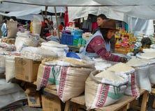 Ecuatoriaanse etnische vrouwen verkopende rijst stock foto's