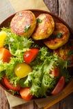 Ecuatoriaanse llapingachos van aardappelpannekoeken en vers saladeclose-up Royalty-vrije Stock Fotografie