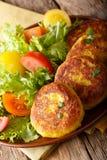 Ecuatoriaanse llapingachos van aardappelpannekoeken en vers saladeclose-up Royalty-vrije Stock Afbeeldingen