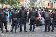 Ecuatoriaanse politie die in Cotacachi gereed staan Royalty-vrije Stock Foto