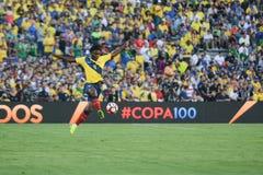 Ecuatorian piłka nożna Juan Carlos Paredes w powietrzu podczas Copa Fotografia Royalty Free
