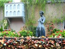 Eculpture женщины и загородка замка влюбленности Стоковое Изображение