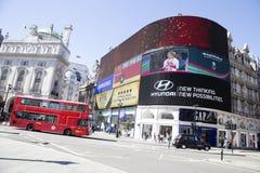 Ed autobusowi przelotni duzi ekrany w Piccadilly cyrku Zdjęcia Stock