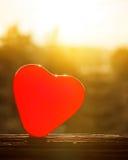 Ed-Herzen auf Klotz oder Bauholz mit Sonnenlicht und bewölktem Himmel Stockfotos