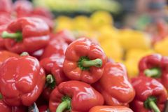ed pieprz na ulicznego rynku półce Czerwony dzwonkowego pieprzu wzór Tło świeży słodki rozsypisko czerwonego pieprzu paprica zbli Zdjęcia Royalty Free