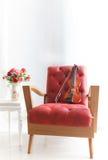 Ed rzemienny drewniany ręki krzesło z skrzypce w biały roo Obrazy Stock
