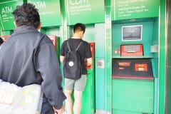 Edad adolescente del muchacho que hace la caja del depósito en efectivo del banco de Kasikorn Fotografía de archivo libre de regalías
