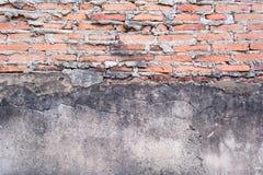 Edad avanzada del muro de cemento y del ladrillo rojo fotografía de archivo libre de regalías