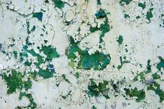 Edad avanzada, vintage, corrosión del metal, capas de pintura de peladura vieja de diversos colores en un remolque viejo del hier imagenes de archivo