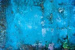 Edad avanzada, vintage, corrosión del metal, pintura de peladura azul en la pared de una casa vieja, fondo imágenes de archivo libres de regalías
