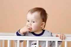Edad del bebé de 1 año en la cama blanca Imagenes de archivo