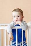 Edad del bebé de 1 año en la cama blanca Imágenes de archivo libres de regalías
