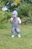 Edad del bebé de 11 meses con el palillo en parque Fotos de archivo