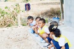 Edad del preescolar, estudiante en el cepillo de Tailandia los dientes después del tiempo acabado del almuerzo Imagen de archivo