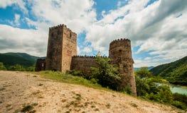 Edad Media, castillo del ladrillo en la montaña. Fotos de archivo libres de regalías