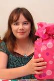 Edad muchacha adolescente de 13 cumpleaños con el regalo Imágenes de archivo libres de regalías