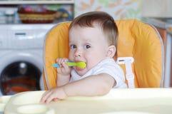 Edad preciosa del bebé de 11 meses con la cuchara Imágenes de archivo libres de regalías