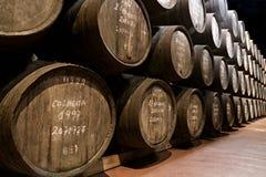 Edades del vino portuario en barriles en sótano Imagenes de archivo