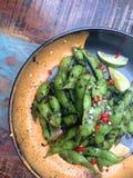Edamamevoorgerecht met kalk, chilis en kruidige mayonaise wordt gediend die Stock Foto's