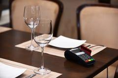 Edc-Maschine oder -scheckkarte im Leser auf Tabelle im Restaurant lizenzfreies stockfoto