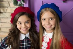 Edel dameconcept Meisjes Franse kleine jonge geitjes die gezicht het stellen in hoeden glimlachen Hoe slijtage Franse baret De in stock foto