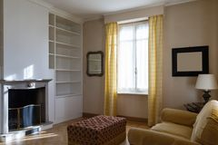 Edele woonkamer met open haard stock fotografie