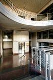 Edelstahl-Lobby mit Art Moderne-und Deco-Anreden stockbilder