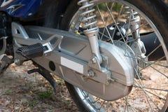 Edelstahl-Motorrad-Ketten in der Abdeckung Stockfotografie
