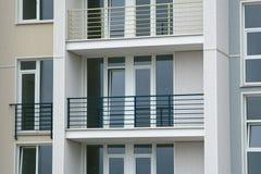 Edelstahlbalkon auf dem modernen Gebäude Stockbild